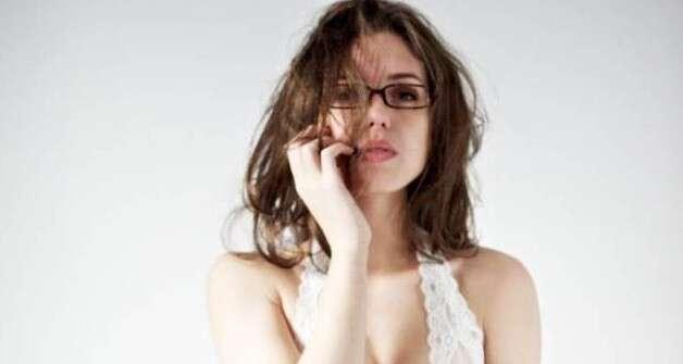 Terapeuta fica nua durante tratamento a clientes