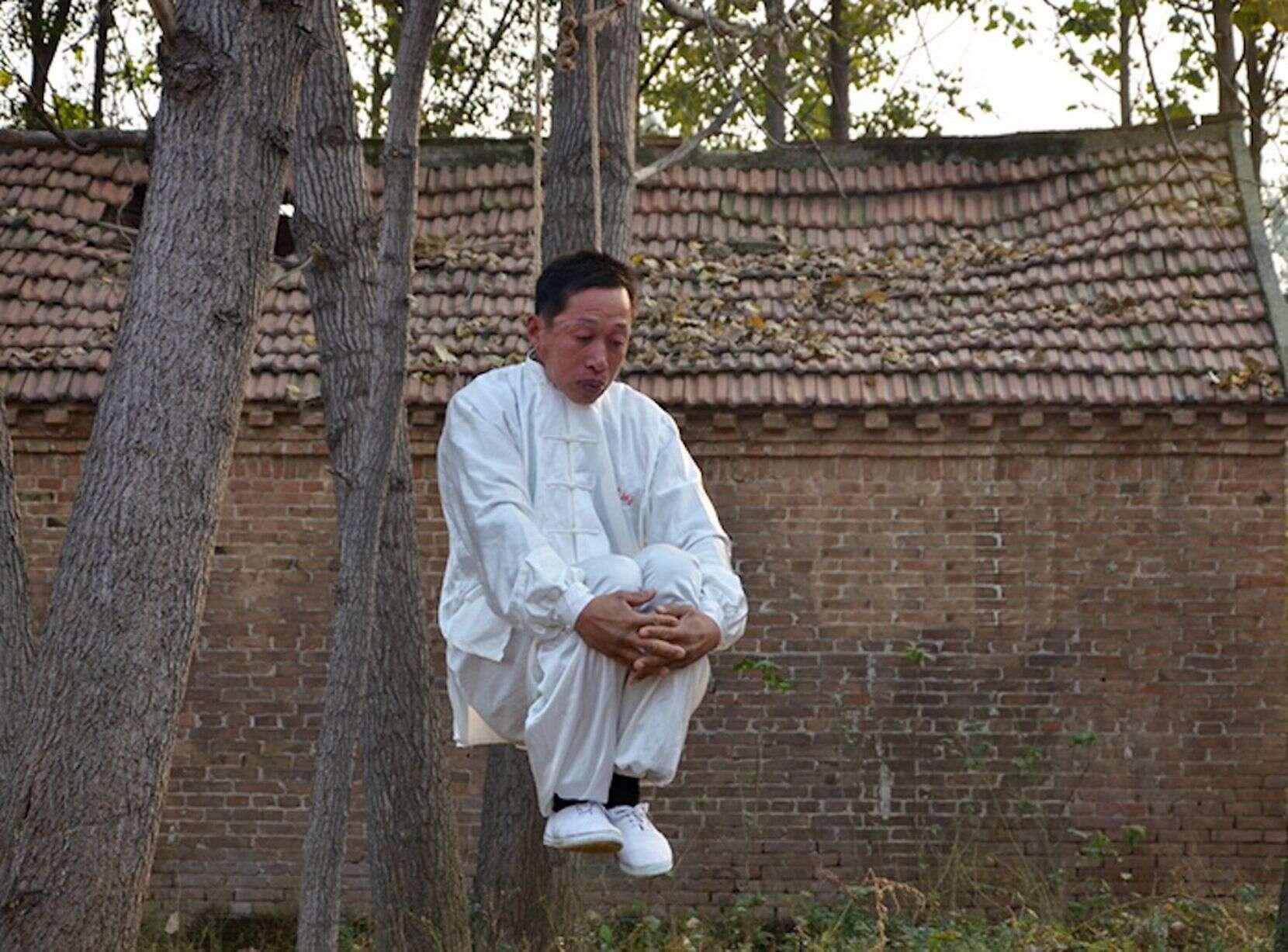 Mestre em artes marciais desafia a morte ao ser enforcado