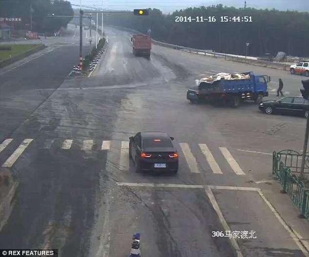 Pedestre se salva milagrosamente após veículos se chocarem em acidente impressionante