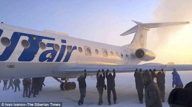 Passageiros são obrigados a descerem de avião para empurra-lo