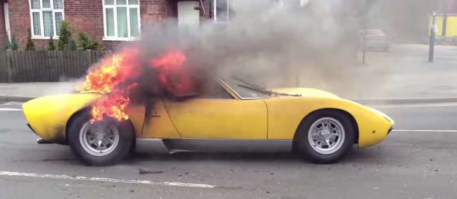 Bilionário processa concessionária depois que carro pegou fogo com seu filho dentro