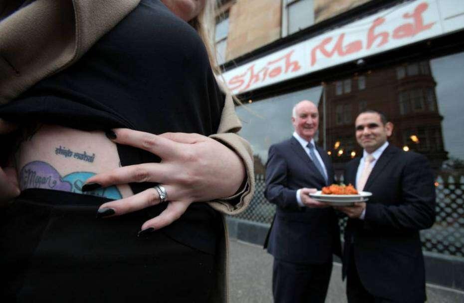 Mulher faz tatuagem de logomarca de restaurante na barriga