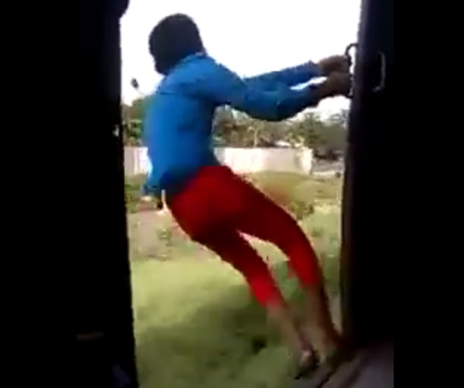 Garoto é filmado caindo de trem enquanto se divertia se inclinando para o lado de fora