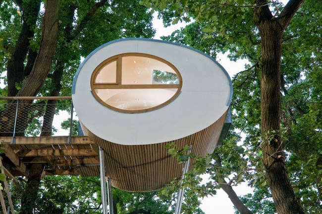 Casa de árvore moderna chama a atenção por conta do design