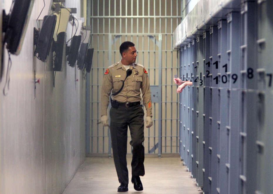 Quatro policiais mulheres ficam grávidas de mesmo detento