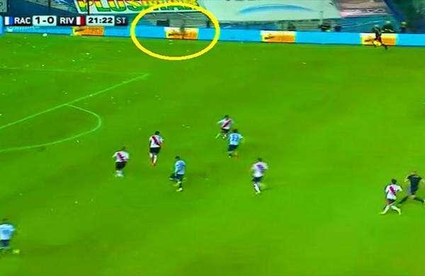 """""""Fantasma"""" causa mistério ao aparecer durante partida de futebol"""