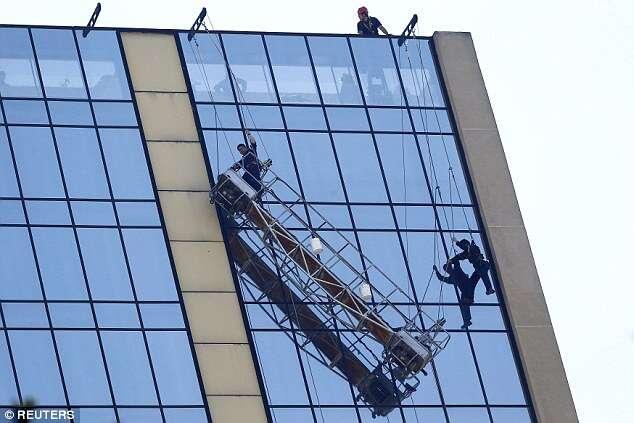 Limpadores de janelas ficam pendurados no 21º andar de hotel à espera de resgate