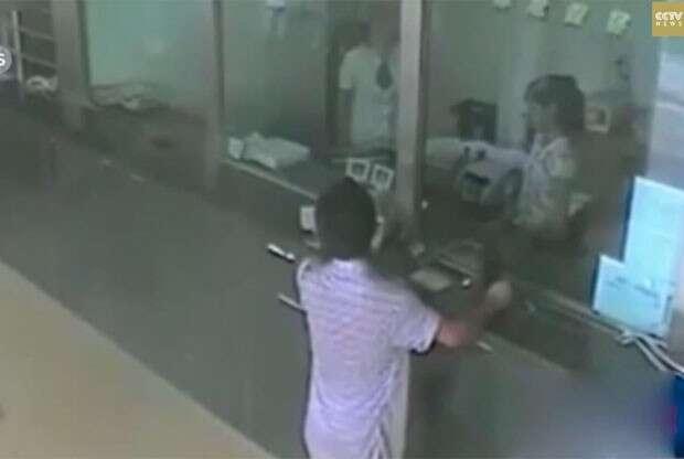 Caixa de banco obriga ladrão a entrar na fila enquanto ele tentava realizar o assalto