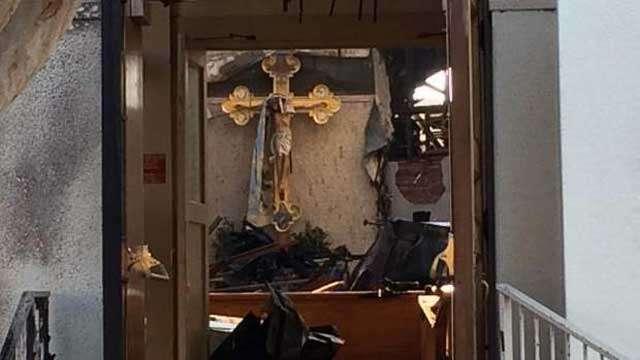 Crucifixo de Jesus e estátua da virgem Maria saem intactos de igreja após incêndio