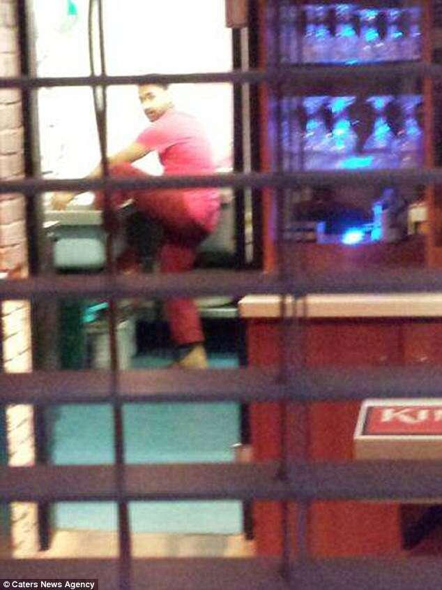 Cliente flagra cozinheiro lavando os pés em pia de cozinha de restaurante