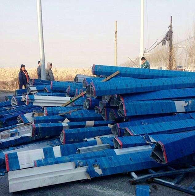 Idosa e neto de quatro anos são mortos esmagados por postes de metal quando voltavam de enterro