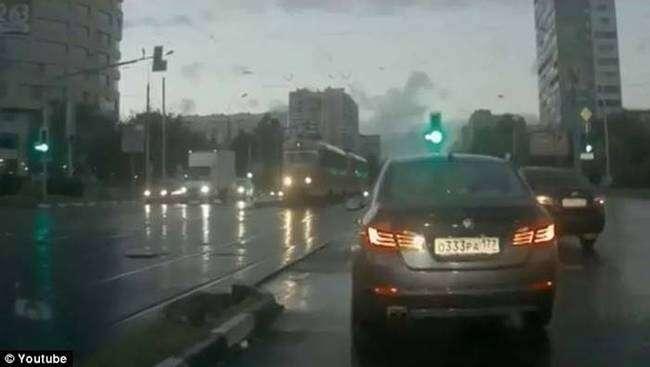 """Carro """"fantasma"""" aparece repentinamente em cruzamento"""