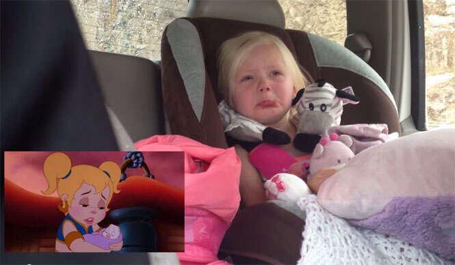 Bebê se emociona com desenho animado