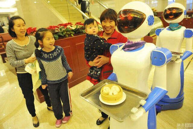 Conheça restaurante chinês onde tem robôs como garçons