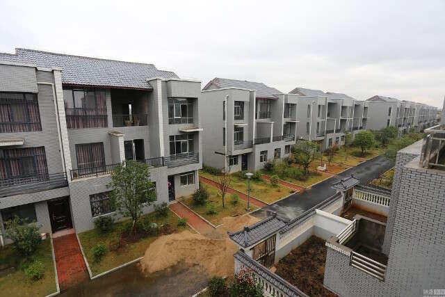 Empresário chinês gasta 15 milhões de reais para construir casas e dar a moradores de rua