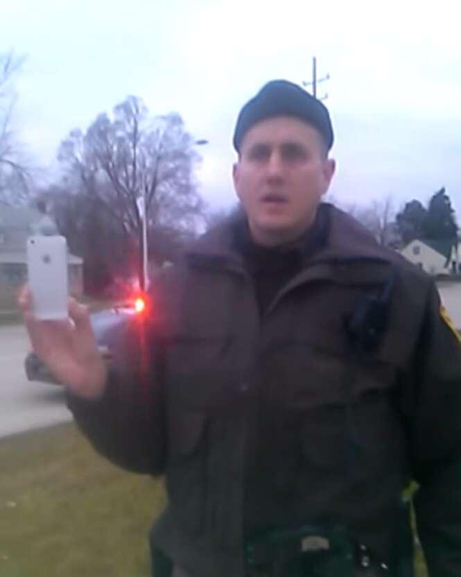 Polícia aborda homem negro por estar com as mãos nos bolsos
