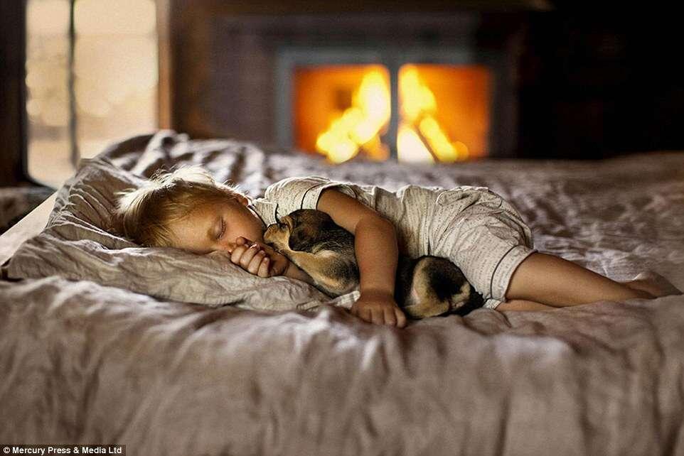 Fotógrafa registra série fofa de imagens mostrando carinho entre crianças e seus animais