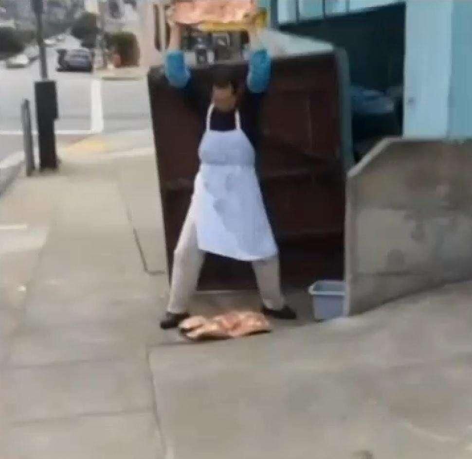 Funcionário de restaurante é flagrado amaciando carne no chão de calçada