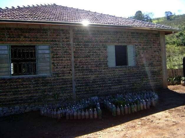 Pedreiro brasileiro constrói casa usando garrafas PET