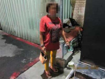 Mulher é presa após roubar mendigo por se sentir indignada pelo fato dele arrecadar mais dinheiro do que ela
