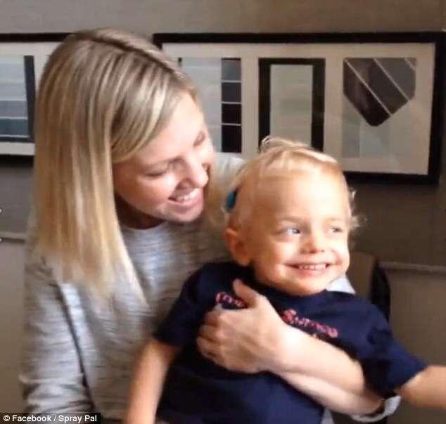 Menino que nasceu surdo é filmado após cirurgia rindo sem parar ao escutar a voz de sua mãe