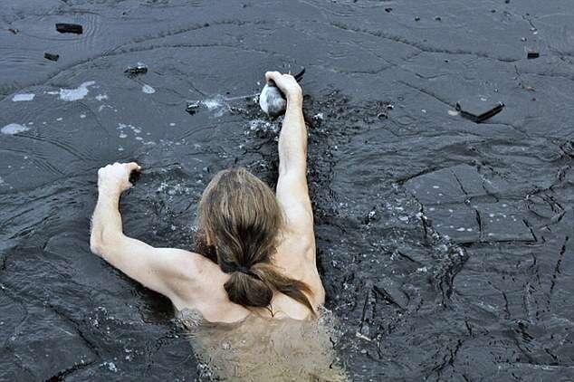 Homem mergulha em lago congelado e salva pato preso no gelo