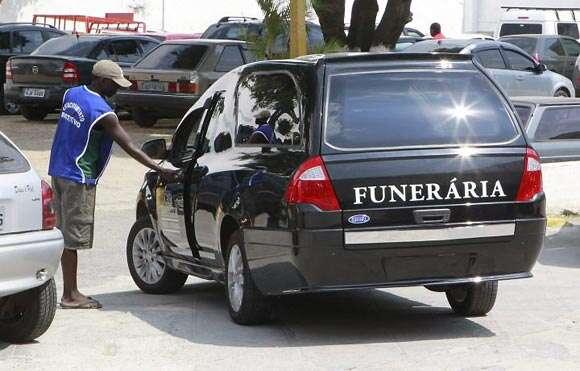 Ladrão rouba carro funerário com defunto dentro