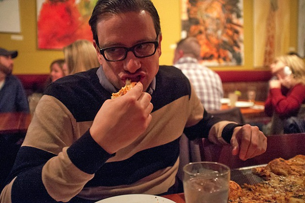 Conheça o homem viciado em pizza