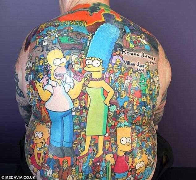 """Avô espera ser reconhecido pelo Livro dos Recordes após tatuar 203 personagens da série """"Os Simpsons"""""""