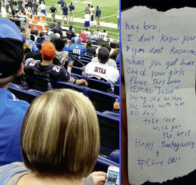 Mulher é denunciada ao ser flagrada trocando mensagens de amor com outro homem enquanto assistia a jogo de futebol americano