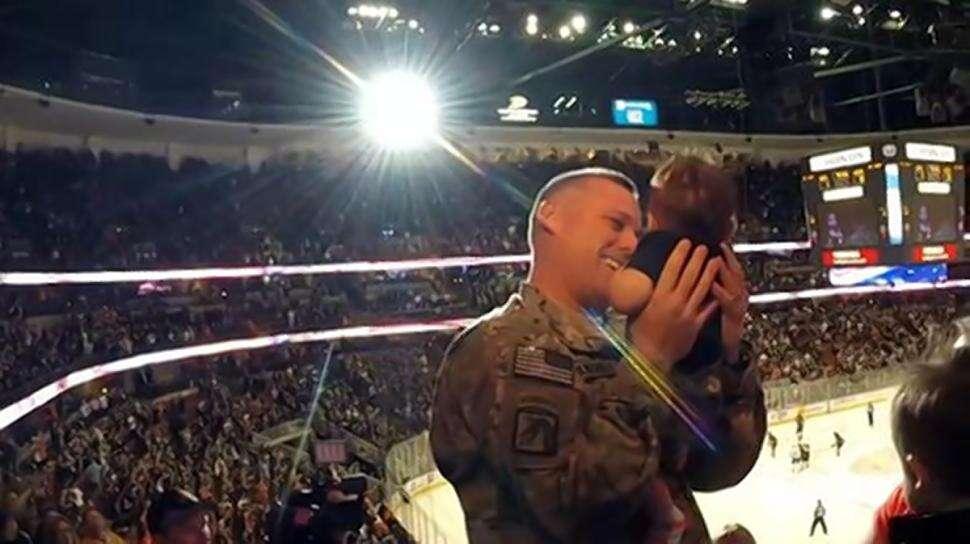 Soldado que regressava do Afeganistão emociona torcedores ao ver filho pela primeira vez