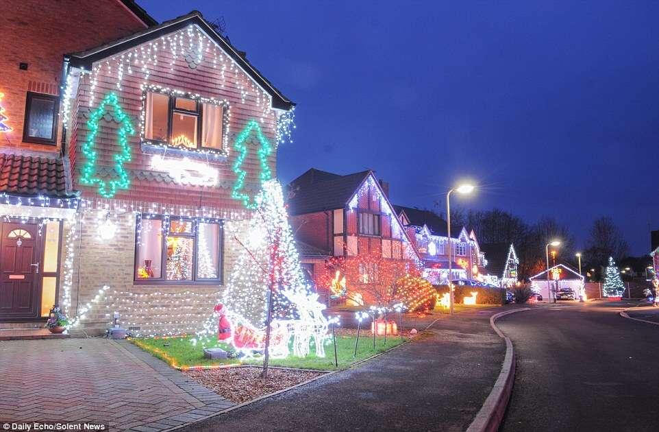 Vizinhos transformam área residencial com milhares de luzes de Natal