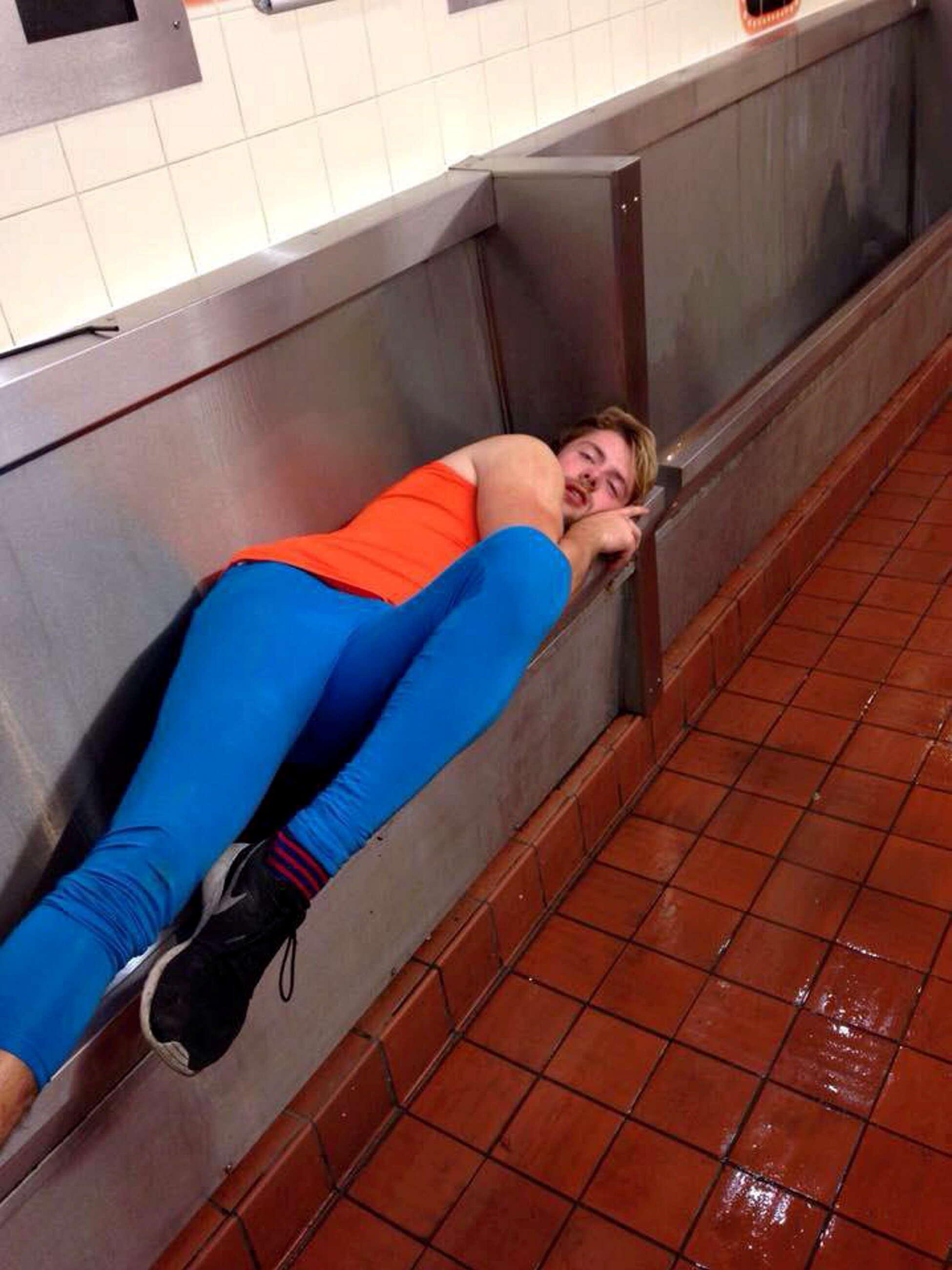 Estudante bêbado dorme em mictório