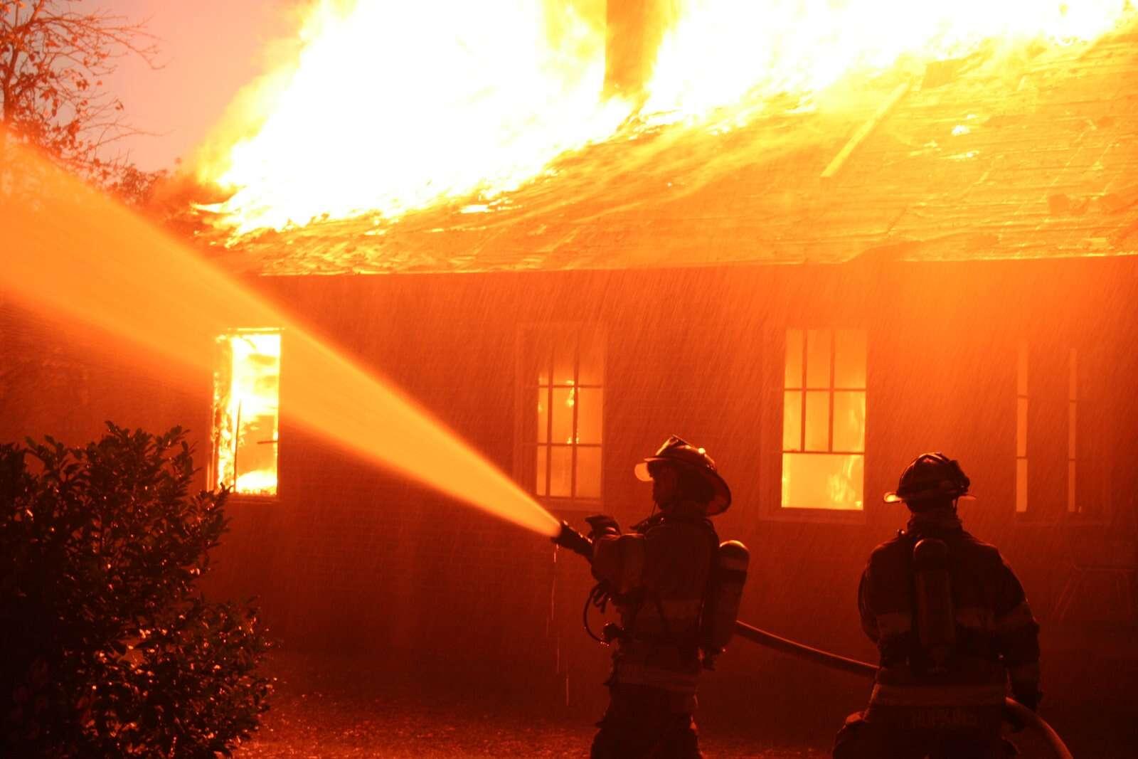 Homem incendeia casa de mulher ser rejeitado no Facebook pela vítima
