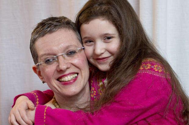 Mãe causa polêmica por amamentar filha de seis anos no peito