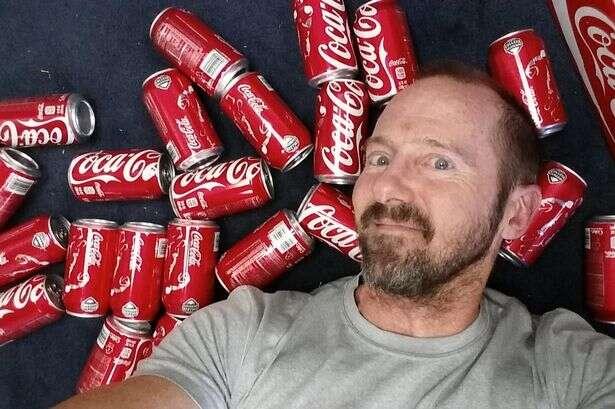 Homem para descobrir como a bebida afetaria seu peso, passou um mês bebendo dez latas de Coca-Cola diariamente