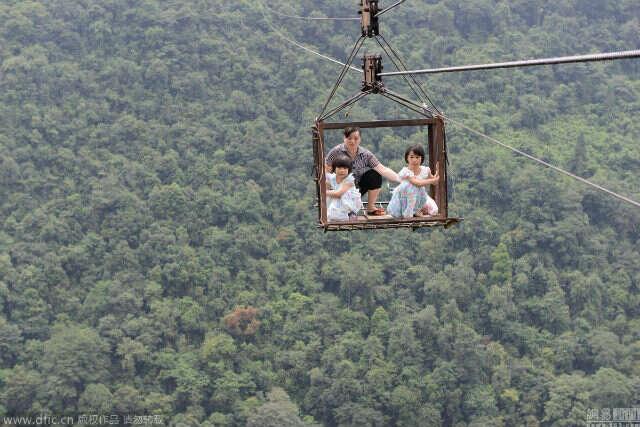 Moradores de aldeia arriscam a vida atravessando montanhas em teleférico velho e sem portas