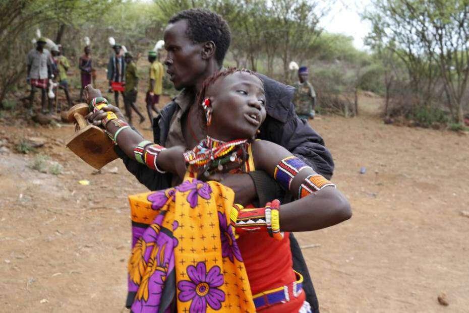 Imagens mostram pai que leva adolescente a força para se casar em troca de bens