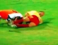 Jogador causa confusão ao colocar dedo nas nádegas de adversário durante partida de futebol