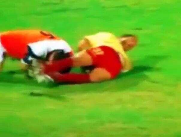 Jogador causa confusão ao colocar dedo nas nádegas de adversário