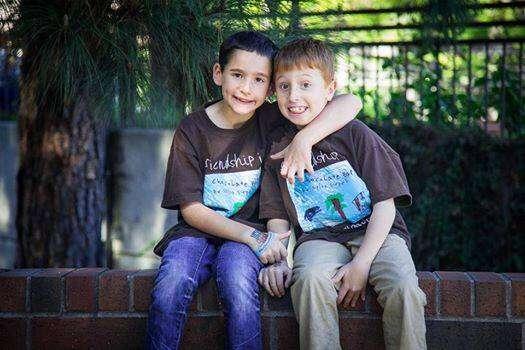 Menino escreve livro e arrecada quase 3 milhões de reais para tentar salvar amigo
