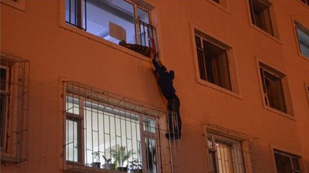Homem salva menina com cabeça presa em janela de prédio