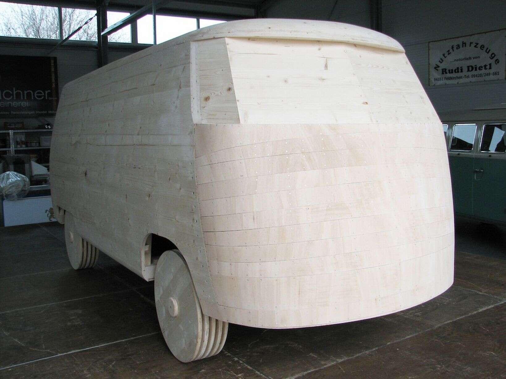Montadora cria Kombi feita de pão de mel