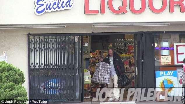 Homem presenteia mendigo com 270 reais e ele compra comida para outros moradores de rua