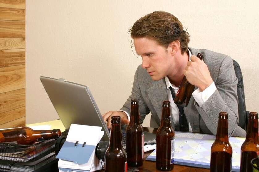 Beber no trabalho melhora seu desempenho profissional, diz cientistas