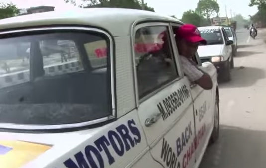 Taxista anda apenas de marcha ré