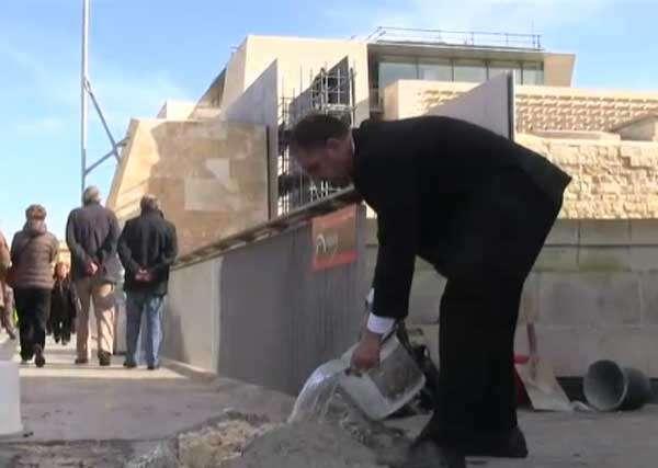 Ivan John Grima Hammett tapando buraco com cimento