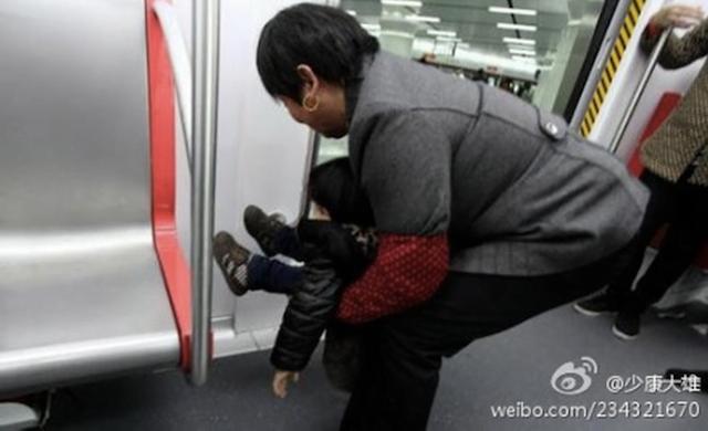 Mulher incentiva neto a urinar dentro de metrô e causa polêmica