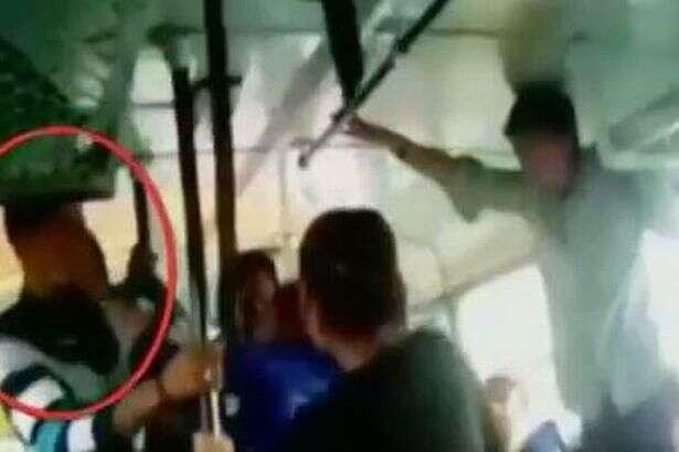 Vídeo flagra momento em que irmãs molestadas em ônibus os atacam com cinto de segurança