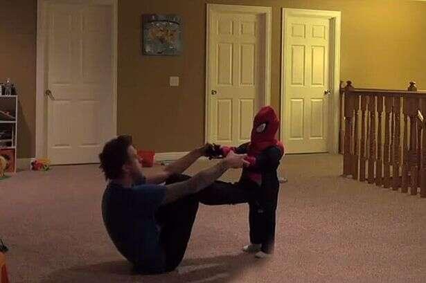 Pai finge jogar filho do segundo andar de residência e deixa mãe desesperada